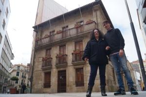 A compañeira Pilar Sampedro e eu diante do Museo Municipal de Ribeira.